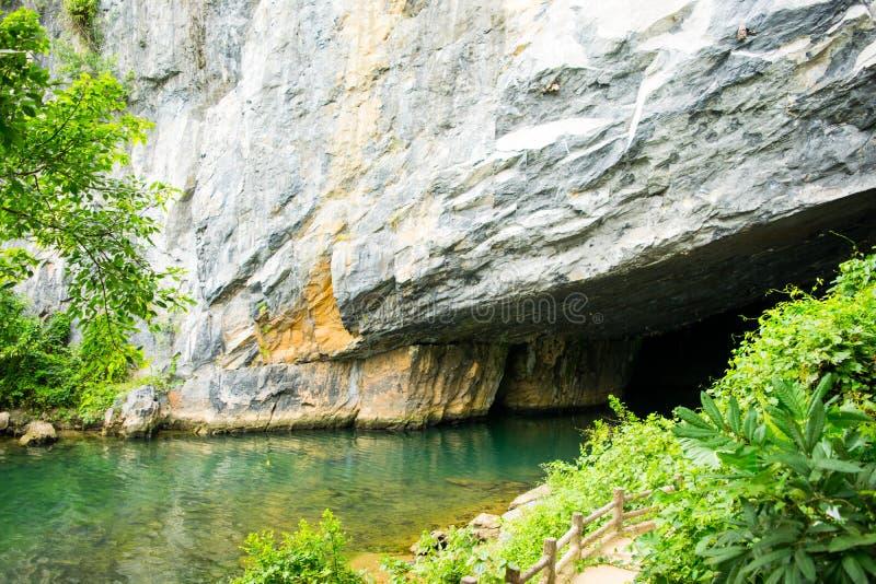 Entrada ao rio do golpe de Phong Nha KE, às cavernas, à pedra calcária e às formações subterrâneos dos cársico (local) do patrimô foto de stock