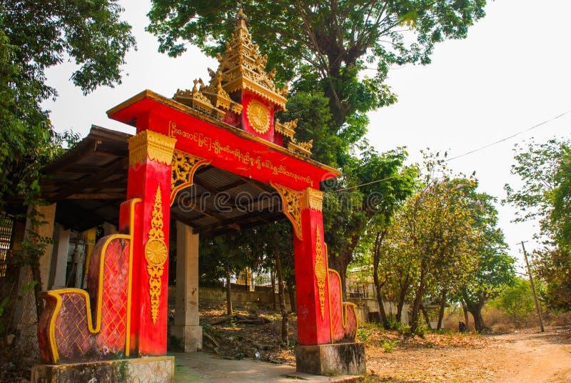 A entrada ao templo Buda de Kyaikpun do pagode Bago, Myanmar burma fotografia de stock royalty free