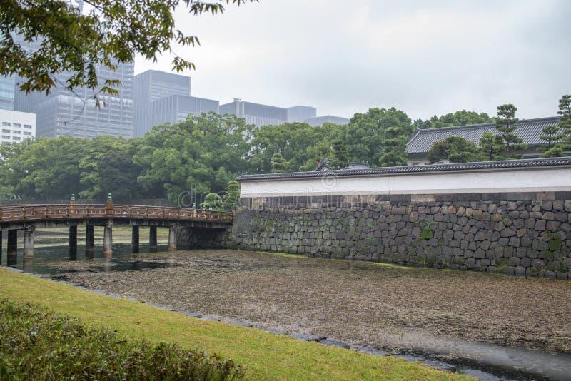 Entrada aos jardins do leste do palácio imperial no Tóquio imagem de stock