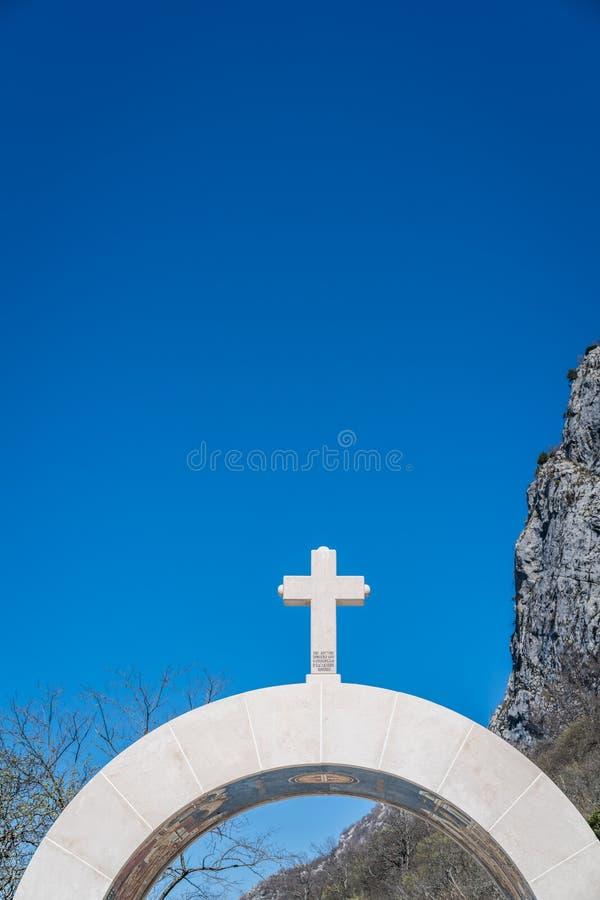 Entrada arqueada ao monastério de Ostrog fotografia de stock