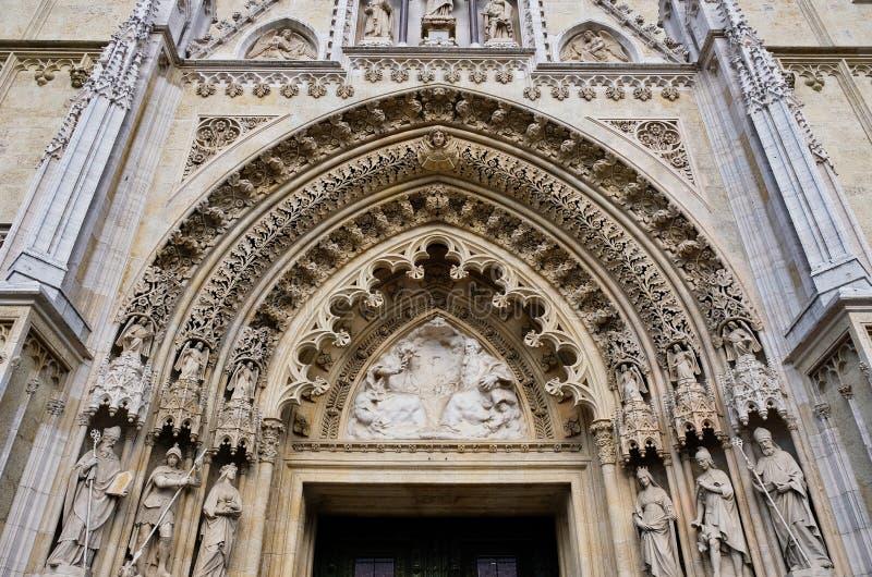 Entrada arqueada da catedral gótico de Zagreb, Croácia fotos de stock