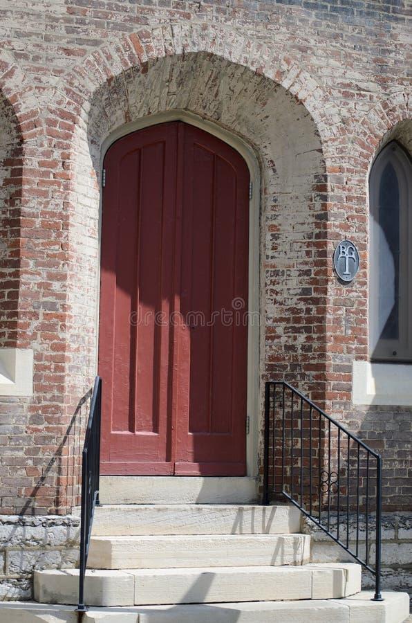 Entrada arqueada de uma igreja imagens de stock royalty free