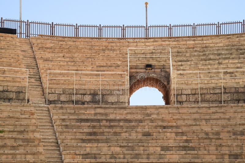 Entrada arqueada no teatro entre assentos numerados do estádio em Caesarea imagens de stock royalty free
