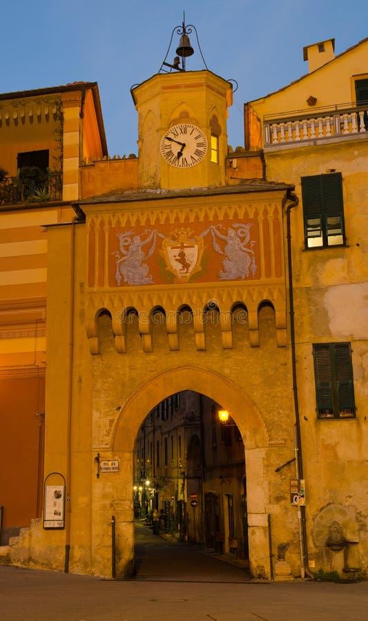 Entrada arqueada ornamental, Piazza di Porta Testa, Finalborgo fotografía de archivo