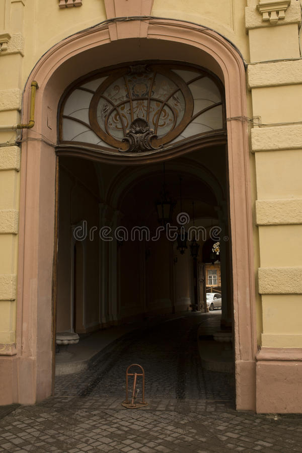 Entrada arqueada velha com janela de vitral fotografia de stock