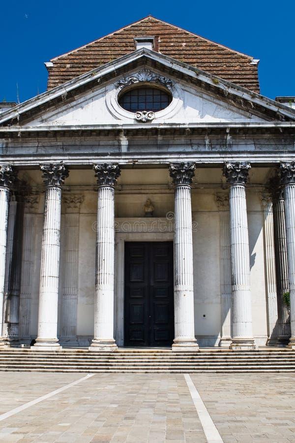 Entrada blanca de la iglesia blanca vieja en Venecia fotos de archivo libres de regalías