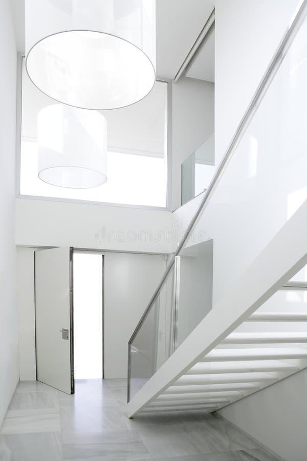 Entrada branca da arquitetura da escada interior Home imagem de stock royalty free