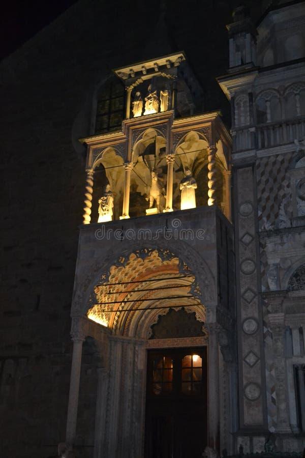 Entrada brilhantemente iluminada da basílica Santa Maria Maggiore durante as horas da noite fotografia de stock royalty free