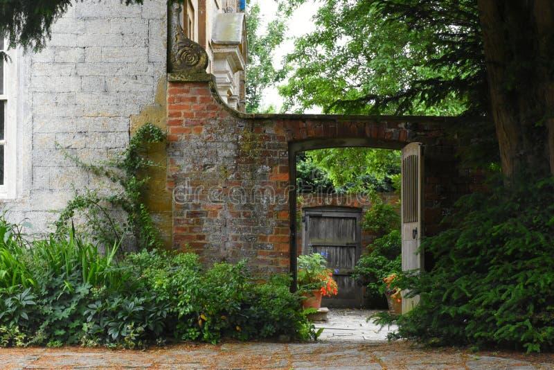 Entrada, casa de Tintinhull e jardim, Somerset, Inglaterra, Reino Unido fotografia de stock