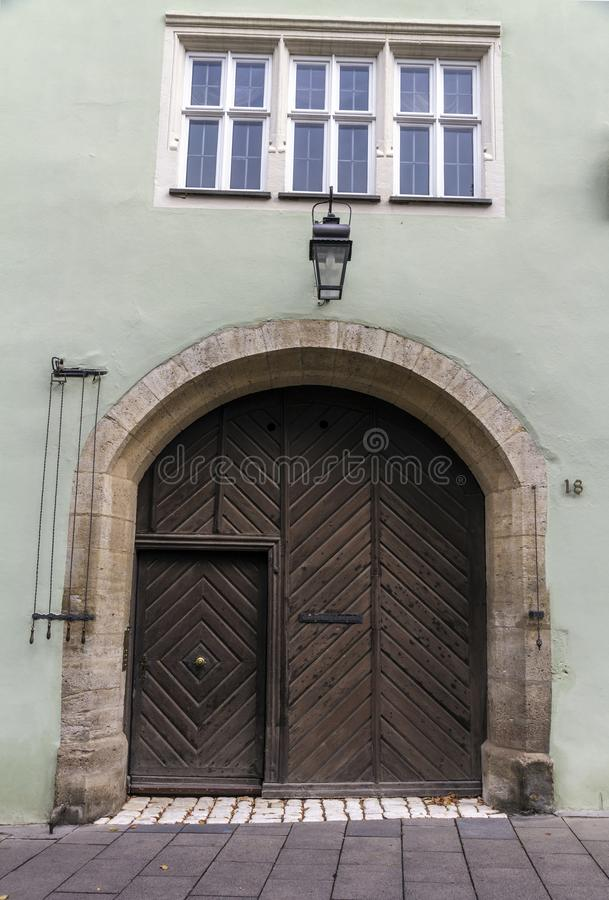 Entrada casera hermosa única con la lámpara y la puerta marrón de madera redonda imagen de archivo