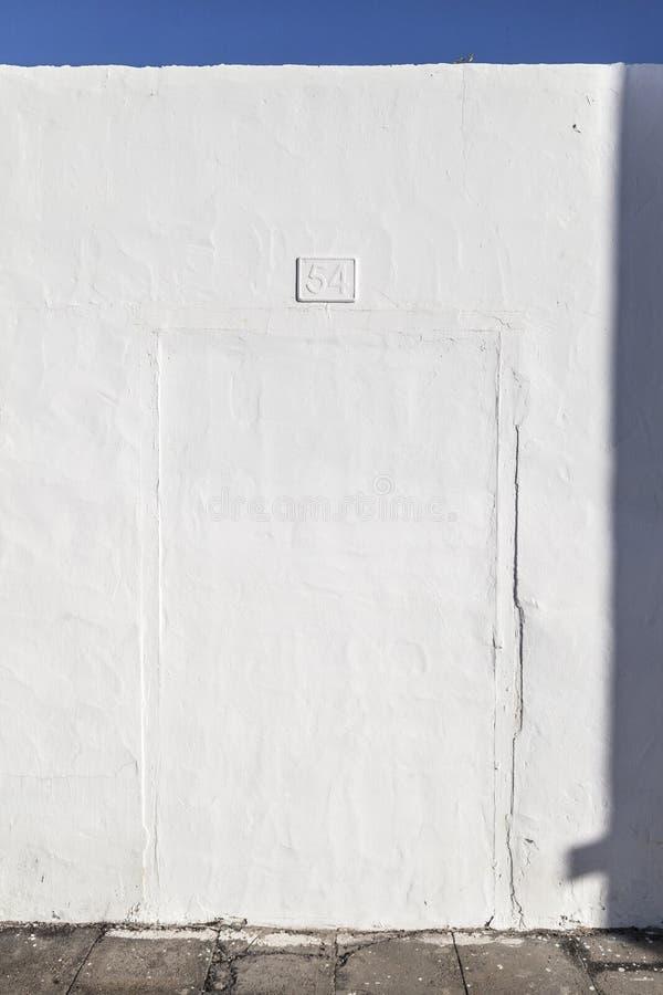Entrada cerrada de la entrada anterior de la casa con el numer 44 imagen de archivo