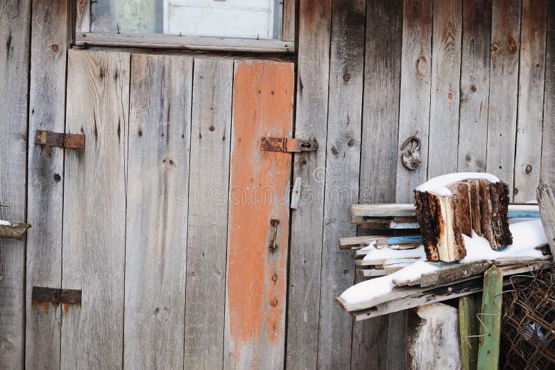 entrada cerrada y olvidada antigua Puerta de madera vieja imagen de archivo libre de regalías