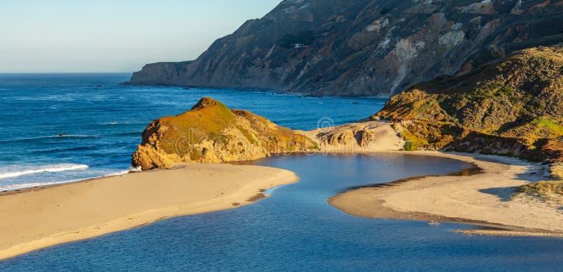 Entrada circular de Big Sur por el mar fotos de archivo libres de regalías