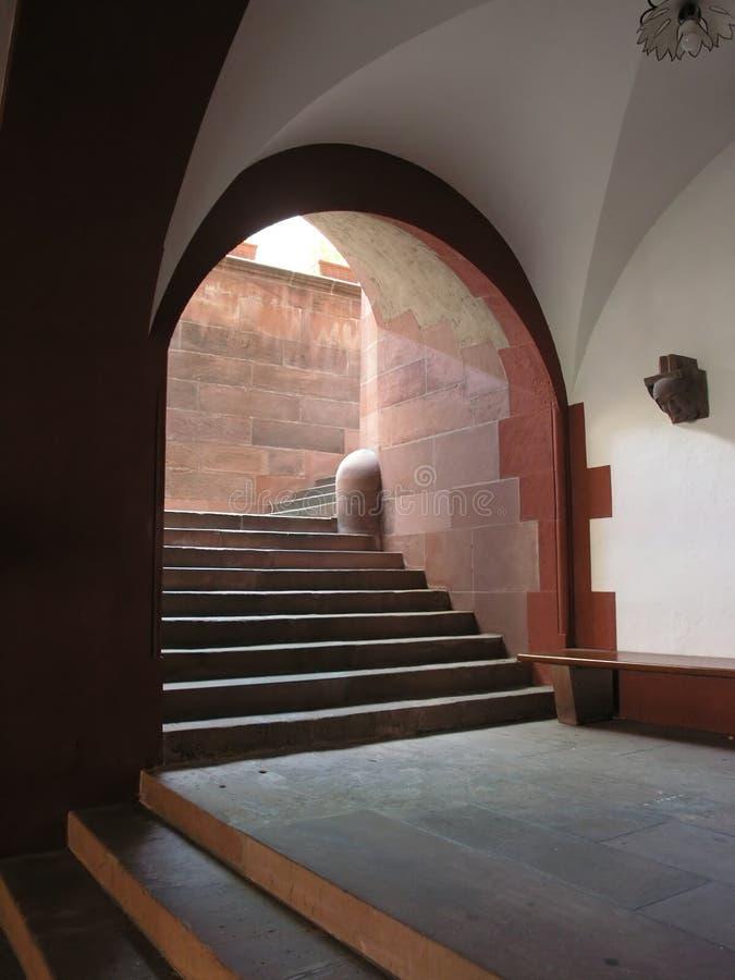 Entrada com escadas velhas fotos de stock