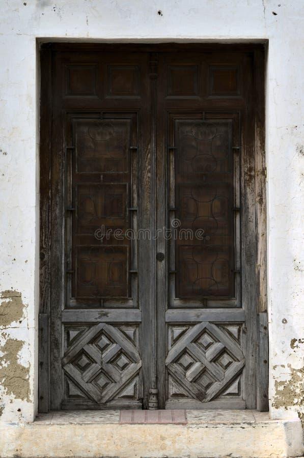 Entrada com a porta de madeira velha fotos de stock