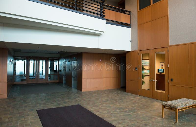 Entrada comercial moderna do prédio de escritórios fotos de stock royalty free