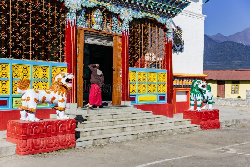 Entrada con el monje del templo del budismo tibetano en Sikkim, la India fotografía de archivo libre de regalías