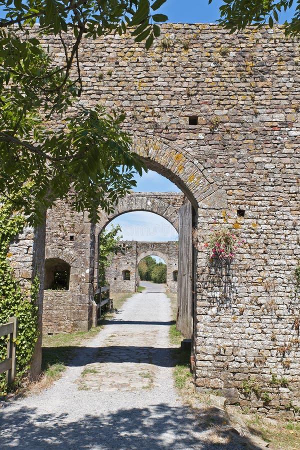 Entrada con el puente de los arcos del castillo fortificado foto de archivo