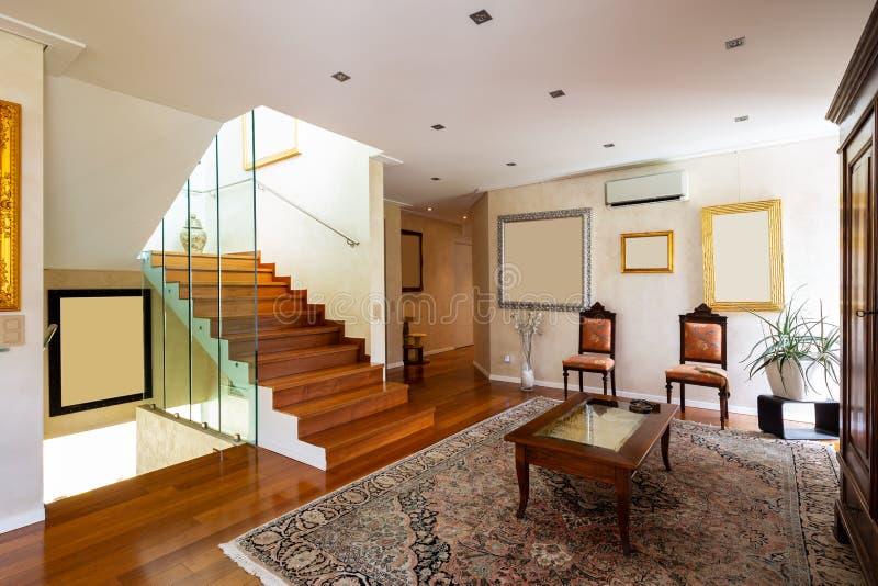 Entrada con las escaleras y el vidrio, entarimado foto de archivo