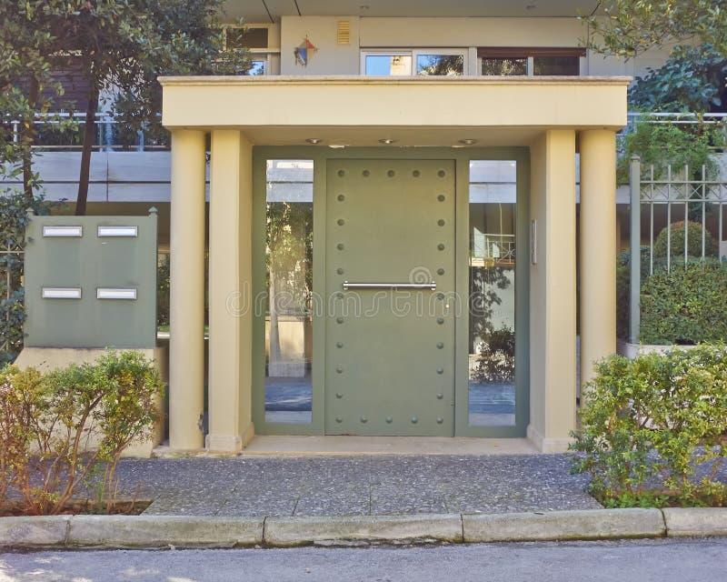 Entrada contemporánea de la casa, Atenas imagen de archivo libre de regalías
