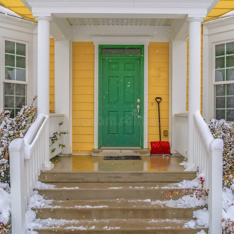 Entrada da casa com escadas e porta da rua verde fotos de stock royalty free
