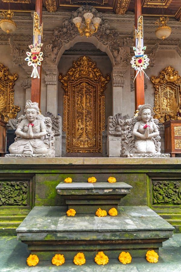 A entrada da casa fez o estilo tradicional da arquitetura do Balinese fotos de stock