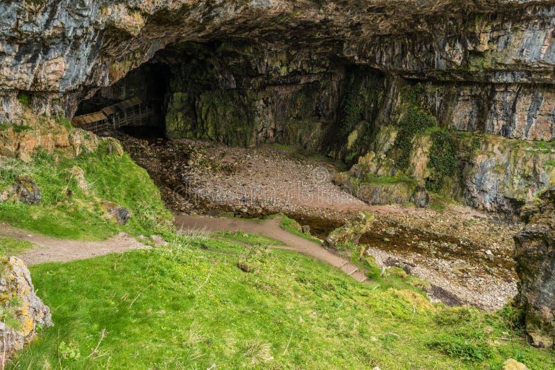 Entrada da caverna de Smoo imagens de stock