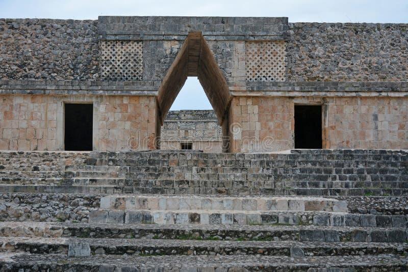 Entrada da construção do convento, Uxmal do arco de mísula, Pe de Iucatão imagens de stock royalty free