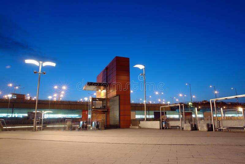 Entrada da estação de comboio em a noite fotografia de stock royalty free