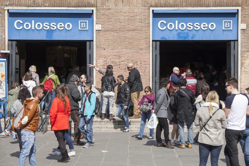 Entrada da estação de metro Colosseum em Roma, Itália imagem de stock