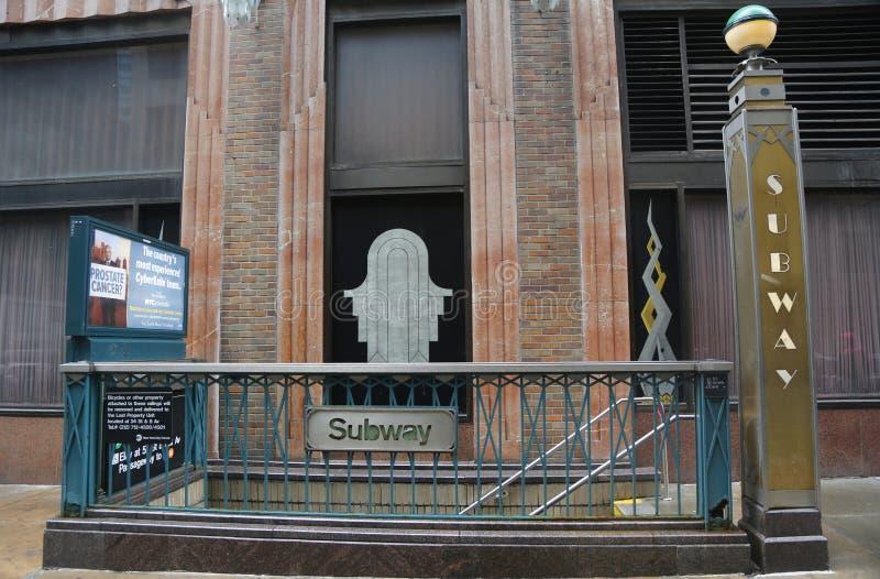 Entrada da estação de metro na avenida de Lexington em Manhattan fotografia de stock