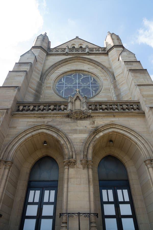 Entrada da igreja com vitral imagens de stock royalty free