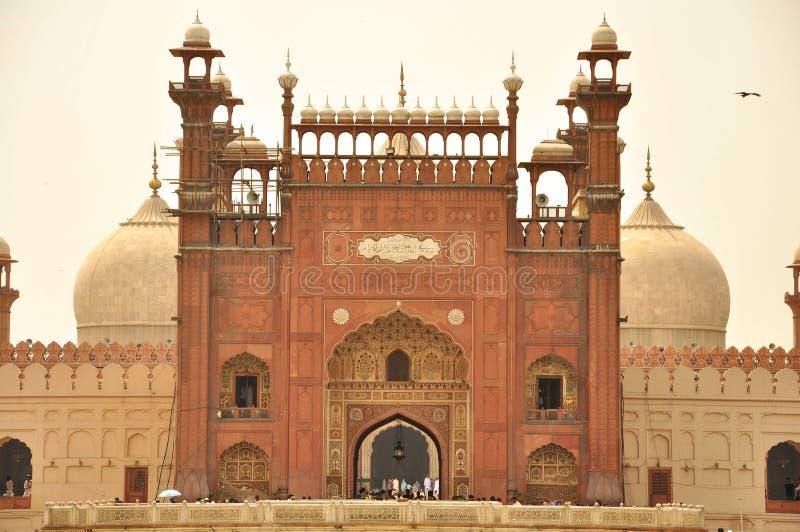 Entrada da mesquita no crepúsculo, Lahore de Badshahi, Paquistão imagem de stock