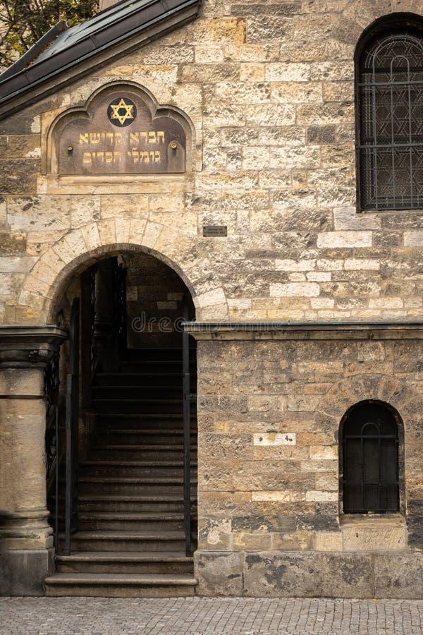 Entrada da sinagoga de Klausen em Praga no outono foto de stock