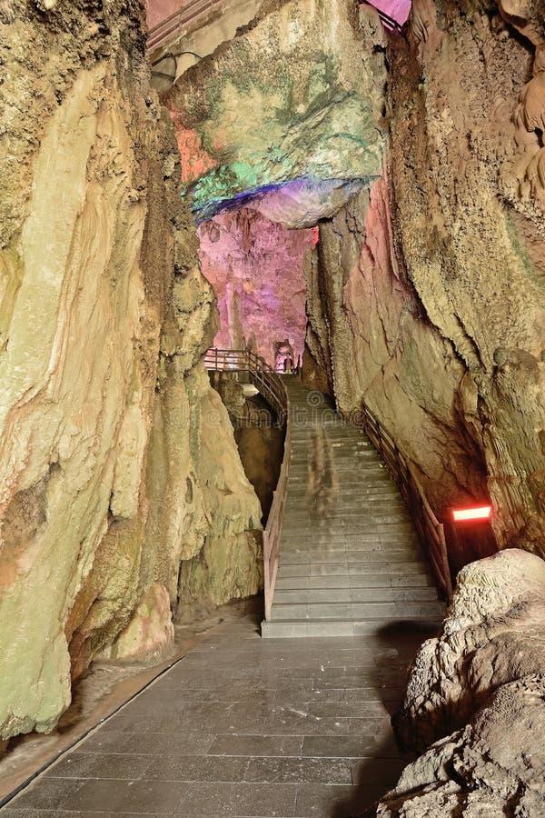 A entrada das cavernas em cavernas da estalactite de Jiuxiang fotos de stock