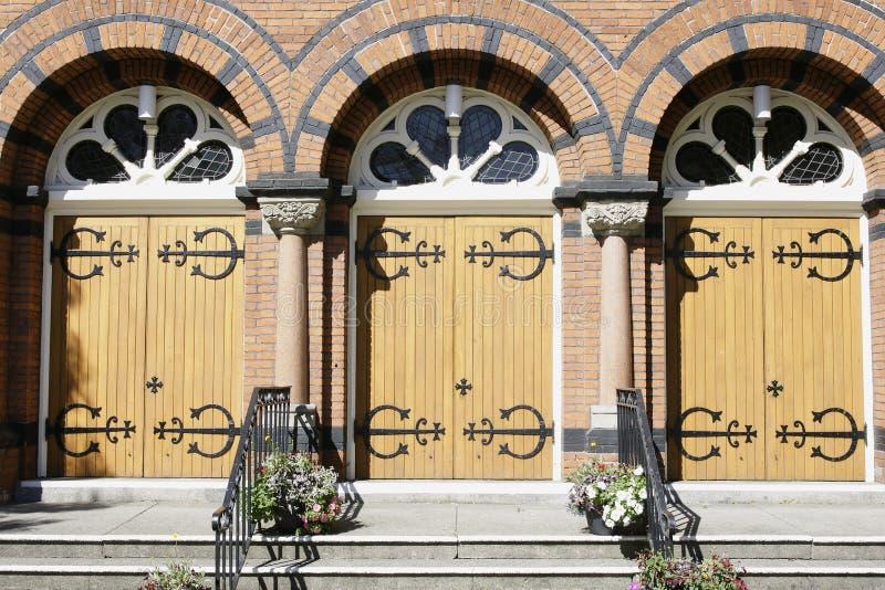Entrada das portas da igreja imagem de stock royalty free