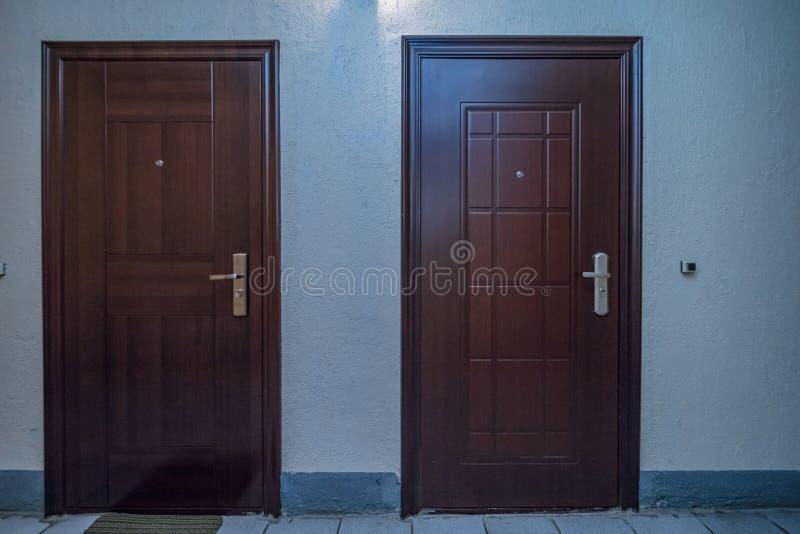 Entrada das portas do apartamento fotografia de stock royalty free