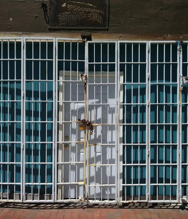 Entrada de Edifício Urbano: Porta e Porta de Segurança Bloqueada imagem de stock royalty free