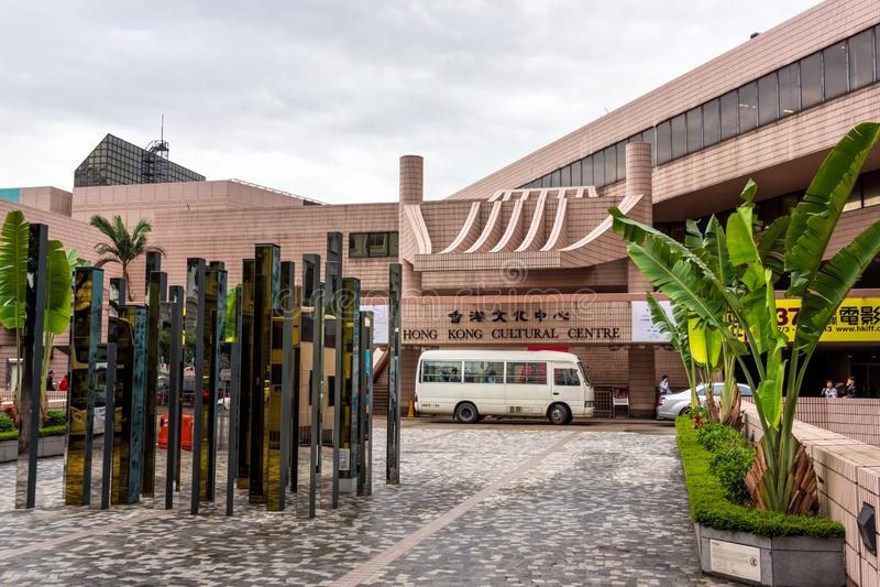 Entrada de Hong Kong Cultural Center con la exhibición del arte en el frente, la instalación en Tsim Sha Tsui foto de archivo libre de regalías