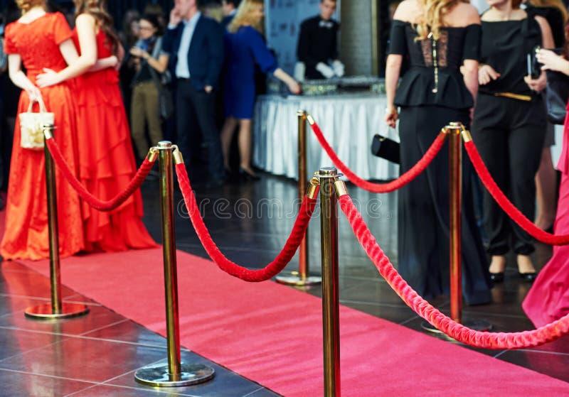 Entrada de la alfombra roja con los puntales y las cuerdas foto de archivo