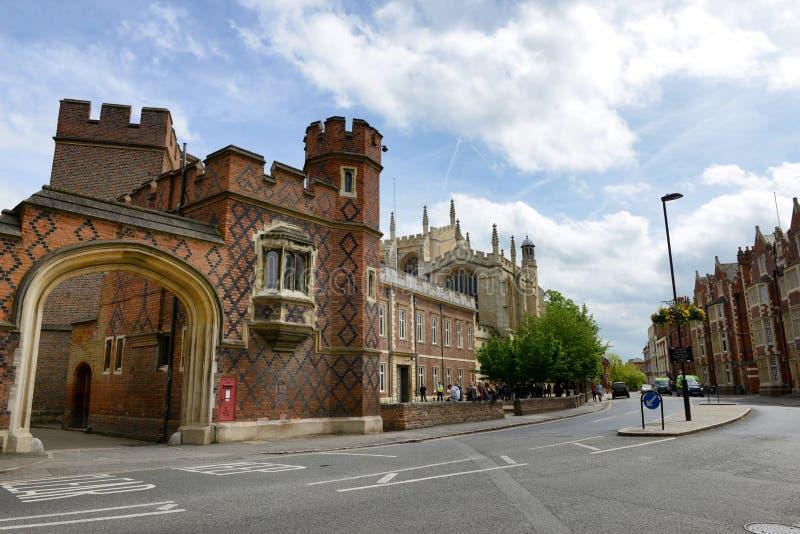 Entrada de la arcada a la universidad de Eton con el camino curvado imágenes de archivo libres de regalías