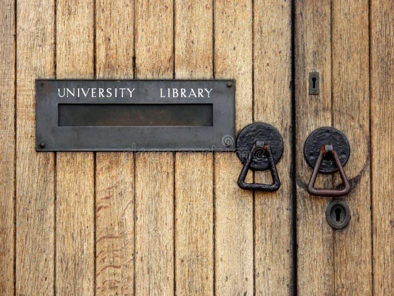 Entrada de la biblioteca de universidad imagen de archivo