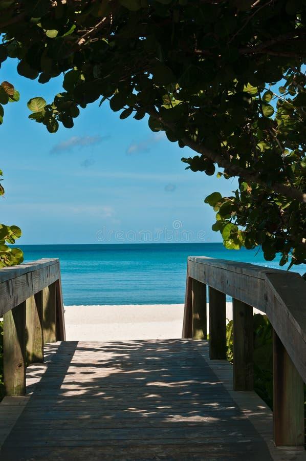 Entrada de la calle a la playa tropical imágenes de archivo libres de regalías