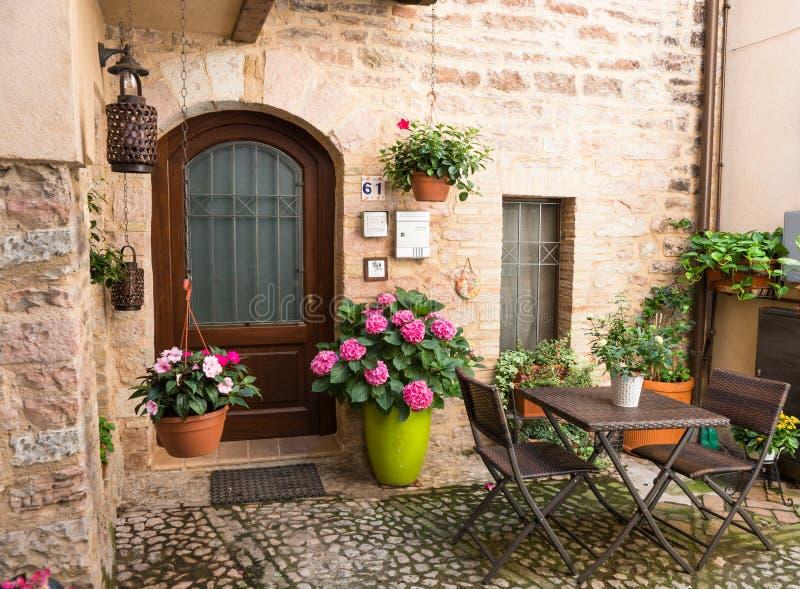 Entrada de la casa con muebles y macetas del jard n foto - Casa muebles de jardin ...