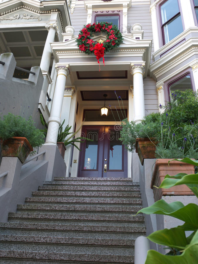 Entrada de la casa del Victorian con la decoración de la Navidad foto de archivo