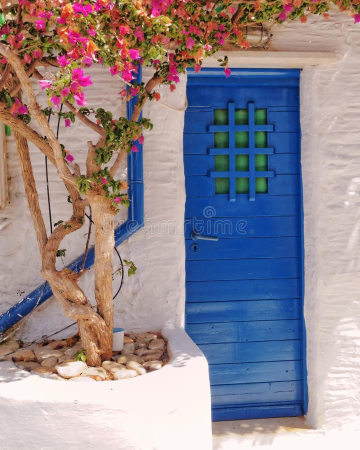 Entrada de la casa en una isla mediterránea fotos de archivo
