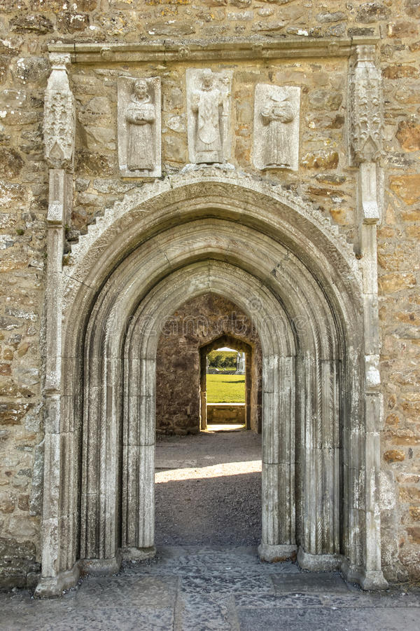Entrada de la catedral con las tallas. Clonmacnoise. Irlanda fotografía de archivo libre de regalías