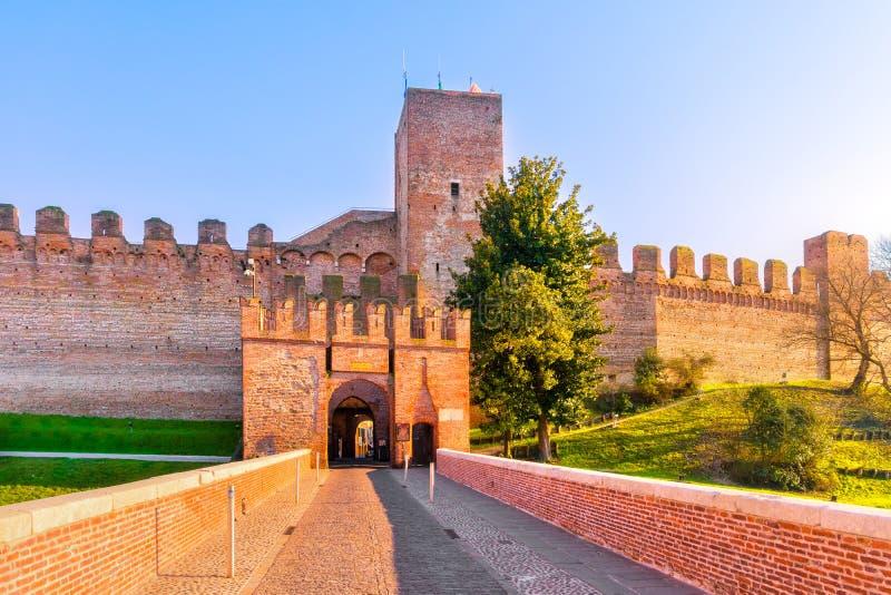 Entrada de la ciudad de Cittadella, torre y paredes circundantes Padua, él imagenes de archivo