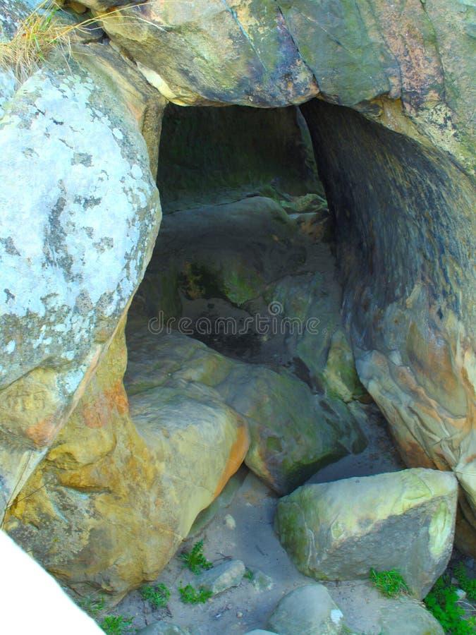 Entrada de la cueva de la roca fotografía de archivo libre de regalías