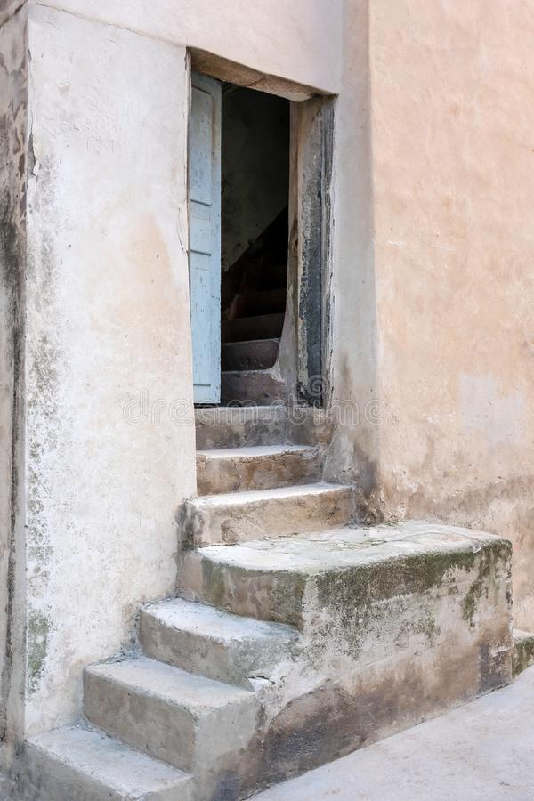 Entrada de la escalera a la casa mediterránea vieja en la isla de Córcega foto de archivo libre de regalías